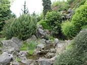 Mokrý živel protéká alpínem od úctyhodného vodopádu přes kaskádu menších tůněk...
