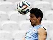 Uruguayský útočník Luis Suárez už trénuje, na tréninku hlavičkuje.
