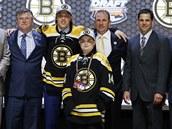 David Pastrňák při draftu NHL pózuje v dresu Bostonu.