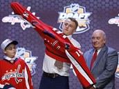Jakub Vrána p�i draftu NHL obléká dres Washingtonu.