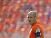 Nizozemský ofenzivní zálo�ník Arjen Robben sleduje mí� b�hem zápasu mistrovství...
