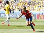 Chilský útočník Alexis Sánchez se raduje z gólu, který právě vstřelil.