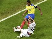 OŠKLIVÝ ZÁKROK. Ekvádorec Antonio Valencia (ve žlutém) byl za faul na Francouze...
