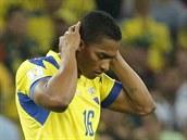 CO JSEM TO UDĚLAL? Antonio Valencia zklamaně opouští hřiště po vyloučení za...