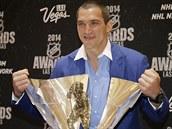Alexander Ovečkin pózuje s Maurice Richard Trophy pro nejlepšího střelce...