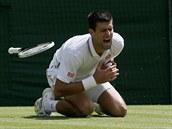 NEPŘÍJEMNÝ PÁD. Novak Djokovič v zápase s Gillesem Simonem uklouzl a poranil si...