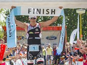 V CÍLI. Zlínský profesionál Petr Vabroušek vyhrál domácího Moraviamana v Otrokovicích už posedmé, ještě při žádném startu zde nenašel svého přemožitele. Na svůj traťový rekord ztrácel necelé čtyři minuty.