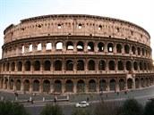 Koloseum patří mezi nejzachovalejší památky antického Říma, z jedné strany...