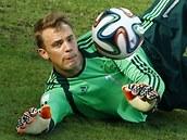 NĚMECKÝ BRANKÁŘ ZASAHUJE. Manuel Neuer vyráží střelu jednoho z ghanských fotbalistů.