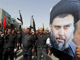 Příslušníci milic Mahdi mašírují Nadžáfem s portréty duchovního Muktady...