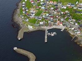 Přístav ostrova Nolsoy ležícího asi 3 minuty letu východně od hlavního města...