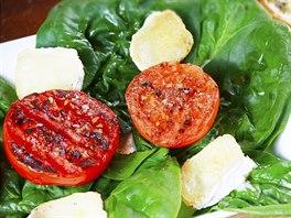 Grilovaná rajčata na listech špenátu a kozím sýru podle šéfkuchaře Jana...