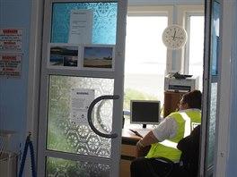 Zde probíhají bezpečnostní prohlídky cestujících odlétajících z ostrova Barra....
