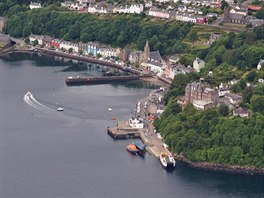 Městečko Tobermory – hlavní město ostrova Mull, Vnitřní Hebridy. Vlevo dole je...