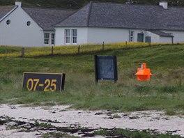 Práh dráhy 07 jejíž začátek je vyznačen oranžovým markerem.