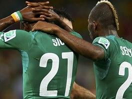 NIC SI Z TOHO NEDĚLEJ Geoffroy Serey Dié (vpravo) z Pobřeží slonoviny po zápase...