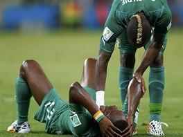VSTÁVEJ Geoffroy Serey Dié (vpravo) z Pobřeží slonoviny po zápase s Řeckem...
