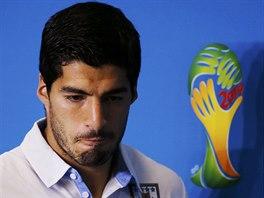 Uruguayský útočník Luis Suárez opouští stadion v Natalu, kde při zápase s...