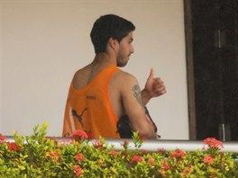 Uruguayský útočník Luis Suárez na balkoně  týmového hotelu v Natalu poté, co už...