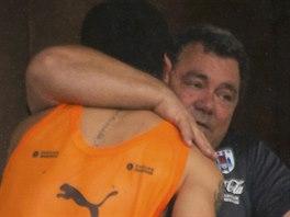 Uruguayský útočník Luis Suárez se na balkoně týmového hotelu v Natalu objímá s...