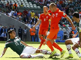 Mexick� obr�nce Moreno (vlevo) fauluje nizozemsk�ho �to�n�ka Arjena Robbena,...
