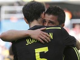 OSLAVA. David Villa (vpravo) slaví gól na 1:0 s Juanfranem.