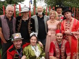 Glastonbury 2014: Michael Eavis (bělovousý uprostřed) se svými věrnými