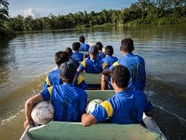 NA ČLUNU. Loď je při řece Rio Negro běžným dopravním prostředkem. To platí i...