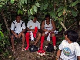 CHLAPI, PŘEVLÍKAT. Tak vypadá šatna v pralese. Kdo hrál někdy fotbal, tak...