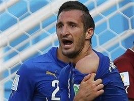 PODÍVEJTE, KOUSL MĚ! Italský obránce Giorgio Chiellini si stěžuje na...