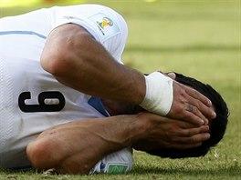 PRAŠTIL MĚ. Jen co Luis Suárez dokončil svůj zubatý atak, svalil se na zem a...