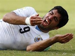 NETEČE KREV? MÁM ZUBY? Luis Suárez si kontroluje ústa.