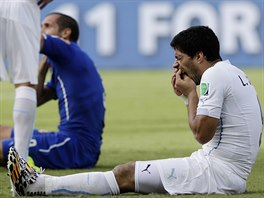 DVA MUŽI NA TRÁVNÍKU. Giorgio Chiellini i Luis Suárez kontrolují svoje tělo....