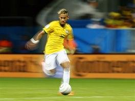 Brazilský útočník Neymar v rychlosti vede míč.