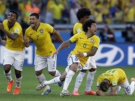Brazilští fotbalisté se radují z postupu do čtvrtfinále mistrovství světa.