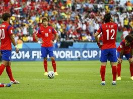 CO SE TO DĚJE? Jihokorejští hráči na sebe nechápavě hledí po třetím inkasovaném...