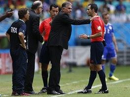 PANE ROZHODČÍ! Íránského kouče Carlose Queiroze se snaží při utkání proti Bosně...