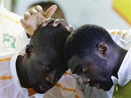 Yaya Tour�, Kolo Tour� a Didier Drogba (zleva) z Pob�e�� slonoviny p�ed z�pasem...