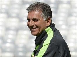 Carlos Queiroz vede trénink íránských fotbalistů.