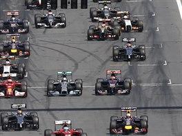 KE STARTU, PŘIPRAVIT...! Momentka ze zahájení Velké ceny Rakouska formule 1