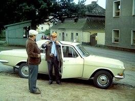 Před školou. Tady se Humlův zeť zvaný Siola domlouval s předsedou Mrázkem o...
