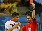 Australský sudí Benjamin Williams ukazuje červenou kartu kostarickému obránci...