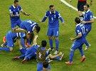 ŘECKÁ RADOST Řečtí fotbalisté se v osmifinále MS proti Kostarice radují po...