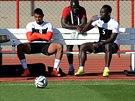 Kevin-Prince Boateng (vlevo) a Michael Essien odpočívá během tréninku na MS v...