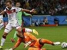Alžírský brankář Raisí Mbuhli likviduje šanci německého záložníka Maria Götzeho...