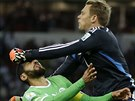 N�meck� brank�� Manuel Neuer boxuje m�� i s al��rsk�m kapit�nem Raf�kem...