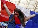 V BARVÁCH TRIKOLÓRY. Fanynka Francie má vlajku, tričko i pomalované tváře. Není...