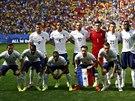 A JDE SE NA VĚC. Francouzští fotbalisté pózují před osmifinále mistrovství...
