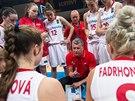 České basketbalistky do 17 let naslouchají trenérovi Richardu Fouskovi.