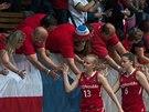 �esk� basketbalistky do 17 let se zdrav� s fanou�ky
